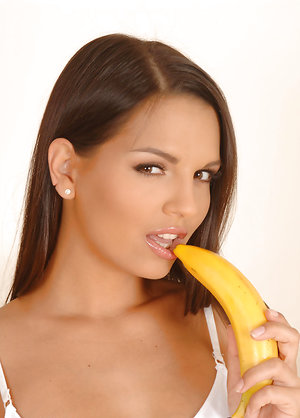 Sexy Eve Angel Fucks a Banana